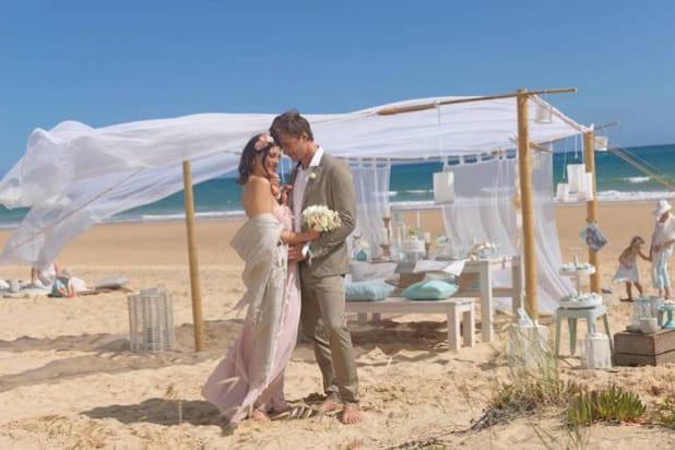 Weißer Pulversand, leises Meeresrauschen und traute Zweisamkeit - schöner kann eine Hochzeit kaum sein (Foto: djd/Cewe).