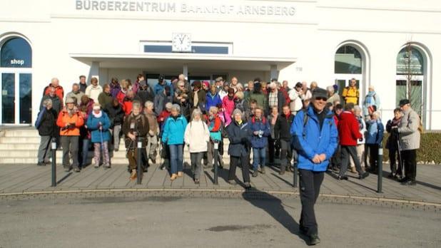 """Die erste große Gemeinschaftswanderung """"Quer durch Arnsberg von Hütte zu Hütte"""" im Februar 2015, mit Wanderführer Willy Verbanc - Foto: Klaus Peters"""