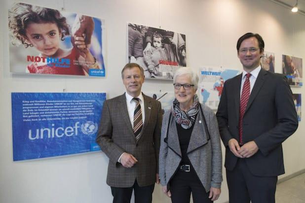 Von links: Regierungsvizepräsident Volker Milk, Ingrid Halbe (UNICEF-AG Sauerland) und Dirk Wiese (Mitglied des Deutschen Bundestages) - Foto: Bezirksregierung Arnsberg.