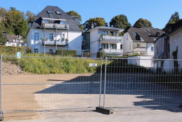 Die Hansestadt Attendorn hat einen neugeschaffenen Parkplatz an der Schemperstraße freigegeben. Bis Ende August 2016 können hier ab sofort bis zu 19 Pkws kostenfrei zwei Stunden lang parken (Foto: Hansestadt Attendorn).