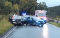 Verkehrsunfall fordert drei Verletzte und hohen Sachschaden