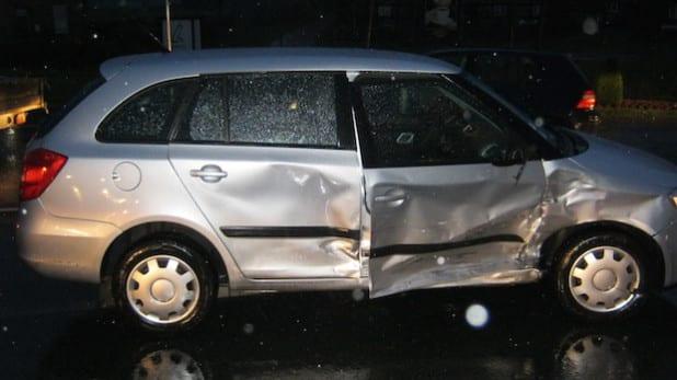 Die beteiligten Fahrzeuge wurden bei dem Unfall stark beschädigt, und waren nicht mehr fahrbereit (Foto: Kreispolizeibehörde Soest).