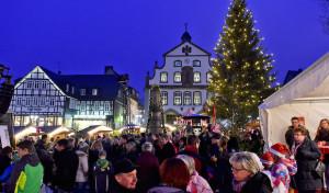 Adventsflair und Party-Laune: Winterlicher Zauber in Brilons Stadtkern