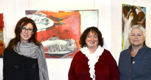 Maria Schulte-Kellinghaus (r.), Dezernentin des Kreises Soest, begrüßt die Künstlerin Nicola Kiesewalter (l.) und Inga Schubert-Hartmann, Vorsitzende des Kunstvereins Kreis Soest (M.), im Soester Kreishaus (Foto: Franca Großevollmer/Kreis Soest).