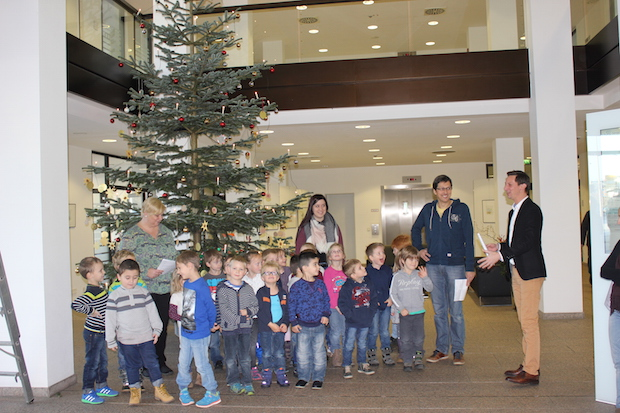 Photo of Vorschulkinder schmücken Weihnachtsbaum im Kreishaus