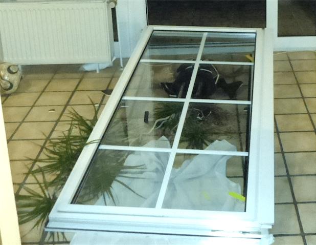 Die Einbrecher brachen die gesamte Terrassentür aus dem Flügel (Foto: Kreispolizeibehörde Soest).