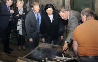 Landrätin Eva Irrgang besucht Gießerei Kerkenberg in Wickede