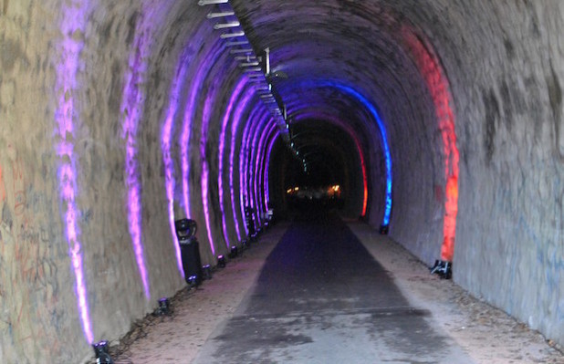Fahrrad-Tunnel in Drolshagen - Äußerst bunt kam der Tunnel bei seiner Wiedereröffnung 2012 daher - Foto: Sven Oliver Rüsche