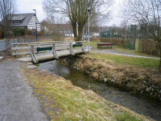 In der Zeit vom 23. November bis voraussichtlich zum Jahresende 2015 wird der Fußgängerweg im Bereich des Spielplatzes und Bolzplatzes in Niederhelden wegen des notwendigen Ersatzneubaues der Holzbrücken gesperrt (Foto: Hansestadt Attendorn).