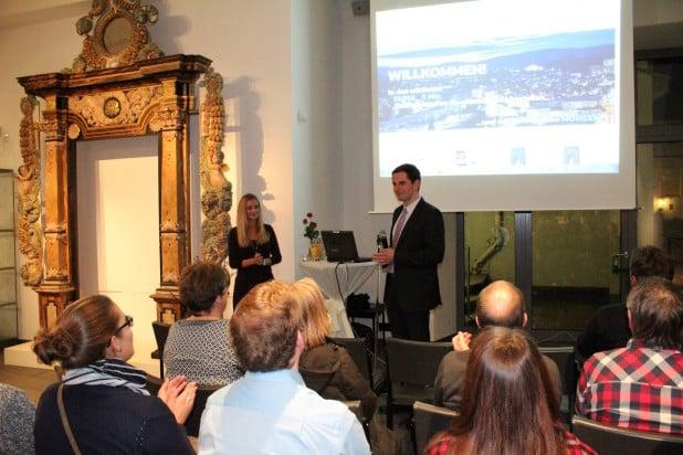 Bürgermeister Christian Pospischil durfte das neue Webkaufhaus im Attendorner Museum offiziell in Betrieb nehmen.