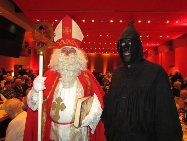 Traditionell endet der vorweihnachtliche Seniorennachmittag in der Stadthalle Attendorn mit dem Besuch vom Nikolaus und seinem Knecht Ruprecht (Foto: Hansestadt Attendorn).