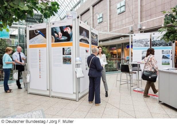 Der Deutsche Bundestag präsentiert sich in der Zeit vom 16. bis 20. November 2015 mit seiner Wanderausstellung im Ratssaal der Hansestadt Attendorn (Foto: Jörg F. Müller).