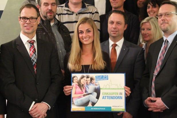 Kristin Meyer (Stadt Attendorn) freute sich zusammen mit allen Webkaufhaus Beteiligten, dass es nun richtig los geht.