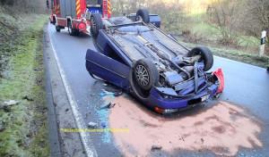 Schwerer Verkehrsunfall auf spiegelglatter Fahrbahn in Plettenberg OT Landemert