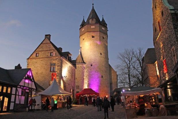 Die Burg wurde in abendlicher Weihnachtsstimmung beleuchtet (Foto: Michelle Wolzenburg/Märkischer Kreis).