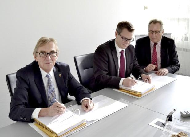 Bei der Unterzeichnung des Vertrages im Iserlohner Rathaus: (v. li.:) Bürgermeister Dr. Peter Paul Ahrens, Bauressortleiter Mike Janke und Frieder Altrogge, Geschäftsführer der S-Projekt Iserlohn (Quelle: Stadt Iserlohn).