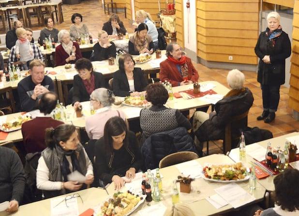 Die ehrenamtlichen Helferinnen und Helfer des Dolmetscher-Pools des Kommunalen Integrationszentrums kamen zu einem Austausch zusammen. Dezernentin Maria Schulte-Kellinghaus (r.) begrüßte die Runde in der Kreishaus-Kantine (Foto: Mathias Keller/Kreis Soest).