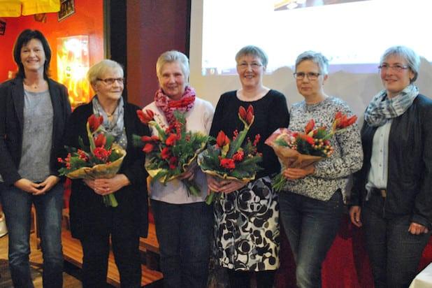 """50 Jahre """"Montagsturnerinnen"""" im TuS Velmede-Bestwig: Petra Dierkes (li.) und Susanne Nübold (re.) gratulierten den Übungsleiterinnen (v.li.) Edeltraut Sauerwald, Cilli König, Ulrike Proksch und Susanne Wasmund. Gegründet wurde die Gruppe im Jahr 1965 von Anneliese Péus (†) - Foto: TuS Velmede-Bestwig."""