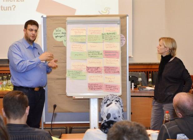 In Arbeitsgruppen thematisierten die Eltern ihre Vorstellungen. Hier stellen Markus Hesse (Johannes-Grundschule Soest) und Kristine Hann (Grundschule Borgeln) ihre Ergebnisse vor (Foto: Achim Schmacks/Kreis Soest).