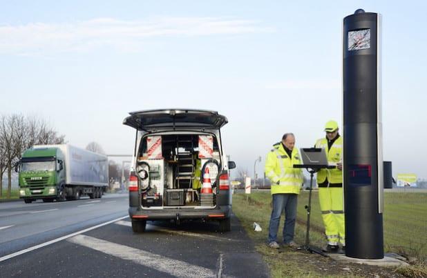 Ein Mitarbeiter der Herstellerfirma Jenoptik wies Helmut Horn (l.), Mitarbeiter des Sachgebiets Verkehrssicherheit, in die Funktionen der neuen Anlage zur Geschwindigkeitsüberwachung, ein (Foto: Thomas Weinstock/Kreis Soest).