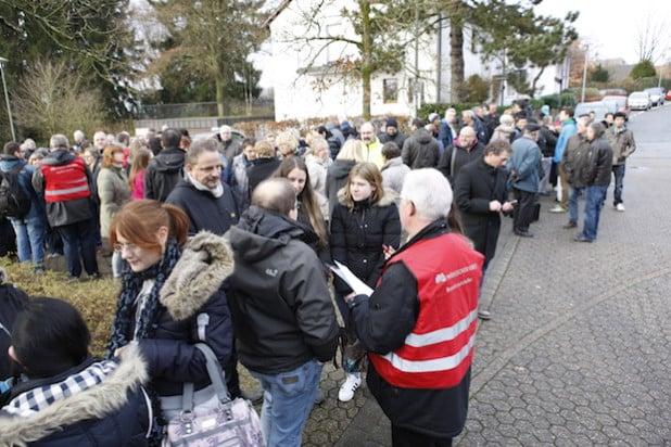 Mehrere Hundert Mitarbeiter und Besucher mussten das Lüdenscheider Kreishaus verlassen (Foto: Hendrik Klein/Märkischer Kreis).