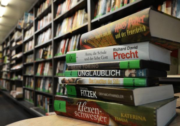 Der Lesestoff des Bücherbusses ist gefragt. Jetzt wurde die 3.000-Leser-Marke geknackt (Foto: Judith Wedderwille/Kreis Soest).