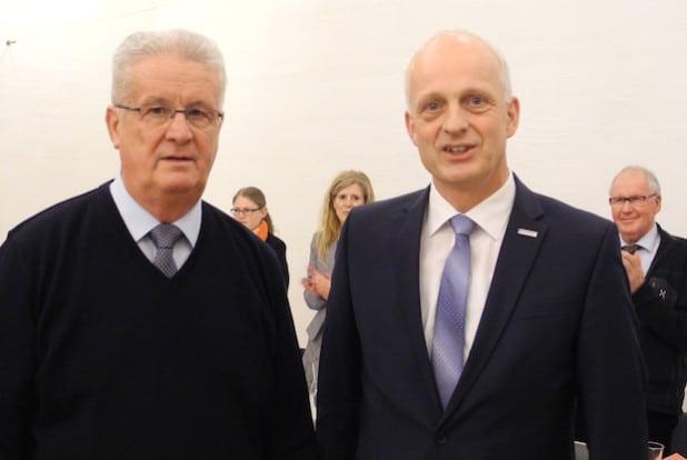 Nach mehr als 31 Jahren ist Schluss: Zum 31. Dezember 2015 scheidet Waldemar Herr (CDU) als Mitglied des Rates aus. Bürgermeister Christoph Ewers verabschiedete ihn in der jüngsten Ratssitzung (Foto: Gemeinde Burbach).