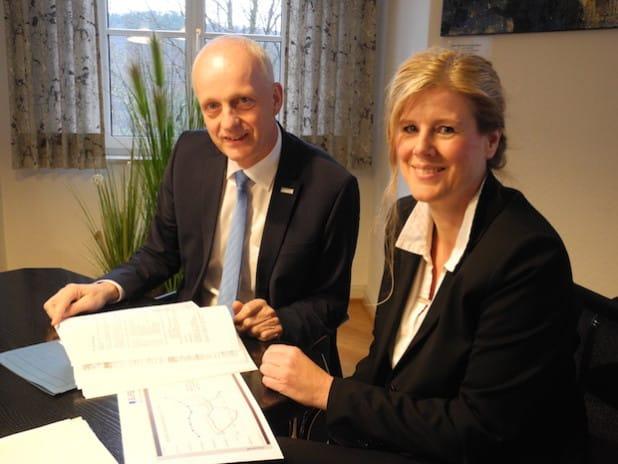 Burbachs Bürgermeister Christoph Ewers und die zukünftige Kämmerin Kirsten Herr stellten den Haushaltsentwurf 2016 vor (Foto: Gemeinde Burbach).