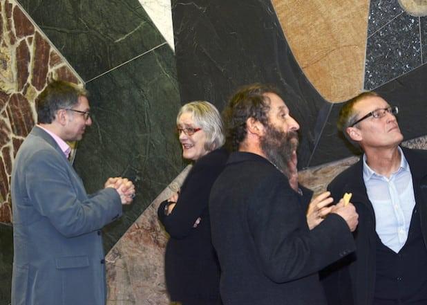 Die Kulisse der beiden künstlerischen Arbeiten wurde beim Gedankenaustausch im Kreishaus zu lebhaften Gesprächen genutzt. Gero Troike (2. v. r.) hatte die Anregung zur Veranstaltung gegeben. Im Hintergrund Teile des Kükelhaus-Steinreliefs (Foto: Edith Eickhoff/Kreis Soest).