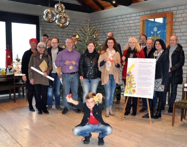 """""""Überzeugungstäter"""" in Sachen Weihnachtswunschbaum: Zum offiziellen Beginn der diesjährigen Aktion versammelten sich zahlreiche Beteiligte im Pfarrheim Overhagen (Foto: Stadt Lippstadt)."""