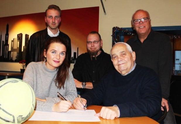 Swetlana Ritter und Herbert Klimek (vorne) unterzeichneten den Kooperationsvertrag vor den Augen von (hinten, v.l.): Marcel Koch, Frank Hake und Franz-Josef Marx - Foto: Stadt Geseke.