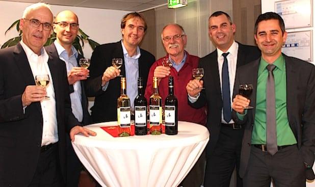 Der Vorstand des Fördervereins präsentiert die neuen Jubiläumsweine - Foto: Caritas-Zentrum Olpe.
