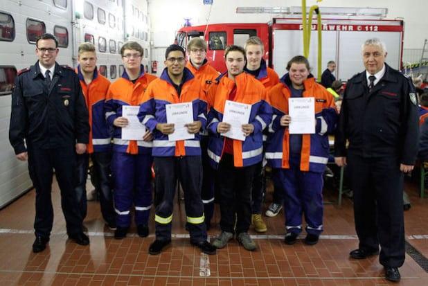 Jugendfeuerwehrleiter Julian Hageböck (links) verabschiedete sieben junge Brandschützer aus der Jugendfeuerwehr und übergab sie an Wehrführer Achim Stracke (rechts) - Foto: Florian Schröder.