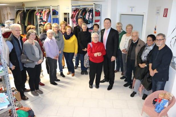 Bürgermeister Bernhard Baumann bedankte sich bei Hannelore Marquardt und ihrem fleißigen Team für ihr großes Engagement beim Aufbau der Kleiderkammer (Foto: Gemeinde Neunkirchen).