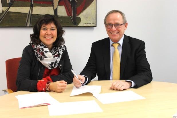 Karin Käppel und Eckehard Beck bei der Unterzeichnung der Vereinbarung (Foto: Draxler).