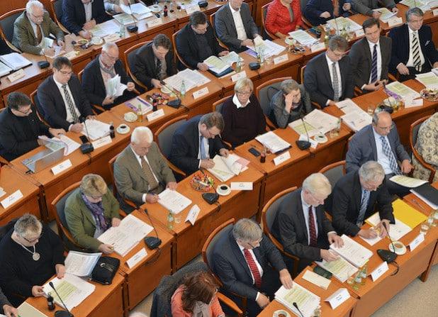 Nach knapp zweieinhalbstündiger Haushaltsdebatte verabschiedeten die Kreistagsmitglieder in der Sitzung am 17. Dezember 2015 den Etat 2016 (Foto: Thomas Weinstock/Kreis Soest).