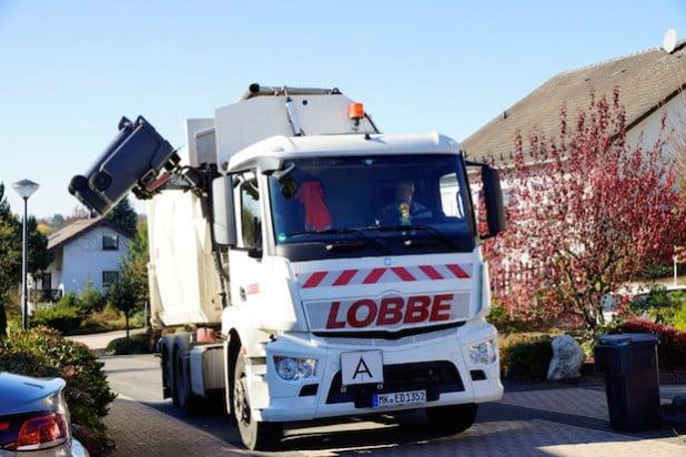 Bei den neuen Fahrzeugen der Firma Lobbe befindet sich der Greifarm auf der rechten Fahrzeugseite und erleichtert so das Abfahren der Mülltonnen (Foto: Lobbe Entsorgung West GmbH & Co KG).