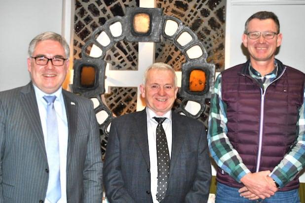 Bürgermeister Wolfgang Fischer mit dem neuen Ortsvorsteher von Bigge, Karl-Wilhelm Fischer, und Ratsmitglied Michael Niggemann (v.li.n.re.) - Foto: Stadt Olsberg.