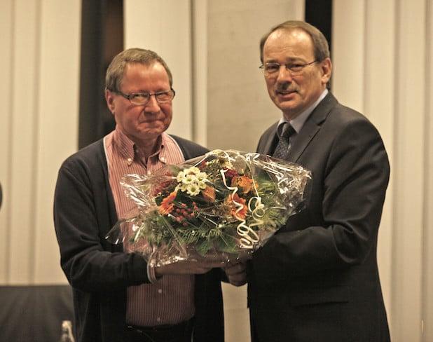 Für Rainer Prokott (links) war es nach 48 Berunfsjahren die letzte Kreistagssitzgung. Landrat Thomas Gemke verabschiedete ihn (Foto: Hendrik Klein/Märkischer Kreis).