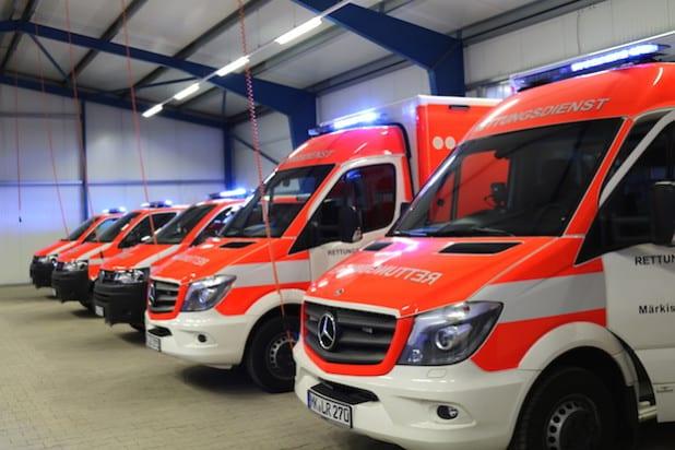 Landrat Thomas Gemke durfte gleich fünf neue Einsatzwagen übergeben (Foto: Erkens).