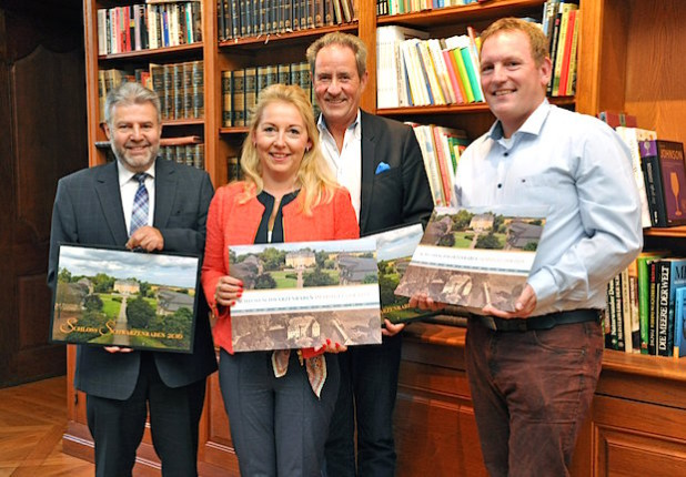Kalenderfotograf Herbert Polder, Birgit Drosihn, Dr. Otto Drosihn und Chronikautor Dirk Ruholl (v.l.) - Foto: Stadt Lippstadt
