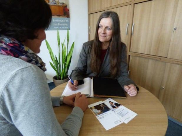 Martina Aberle im Beratungsgespräch (Foto: WFG HSK).