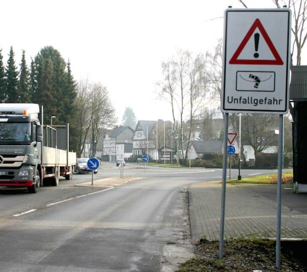 Ein Warnschild soll die Verkehrsteilnehmer aufmerksam auf die Gefahr im Kreisverkehr machen (Foto: Stadt Olsberg).
