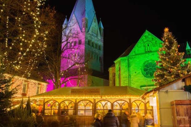 Der Weihnachtsmarkt in Soest - St. Patrokli und St. Petri illuminiert (Foto: Gero Sliwa).