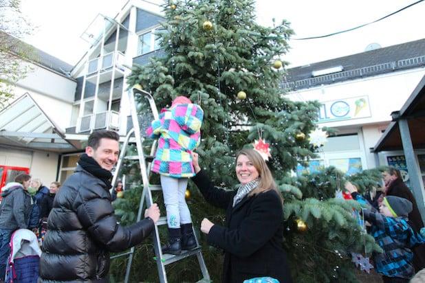 Kinder des Wilnsdorfer Kindergartens Spatzennest schmückten gemeinsam mit Bürgermeisterin Christa Schuppler und Kay Dreysse aus der Werbegemeinschaft Wilnsdorf den diesjährigen Weihnachtsbaum auf dem Marktplatz (Foto: Gemeinde Wilnsdorf).