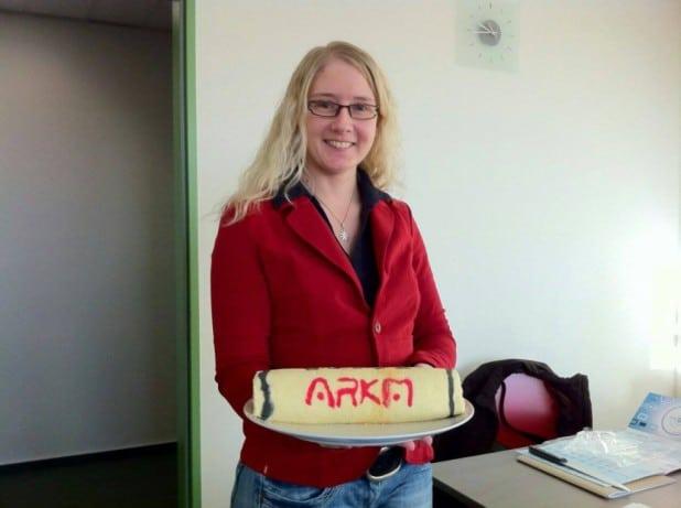 Foto: Elisabeth Walter vor 2 Jahren: Abschiedskuchen mit ARKM Branding nach erfolgreichem Praktikum.