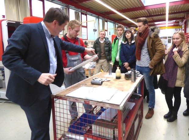Transfluid-Geschäftsführer Benedikt Hümmler erläutert Produktions-Details (Foto: Pressestelle Hochsauerlandkreis).