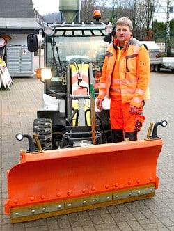 Christian Conze mit dem neuen Radlader, der im Winter Gehwege und schmale Straßen von Schnee befreit - Foto: Gemeinde Bestwig.