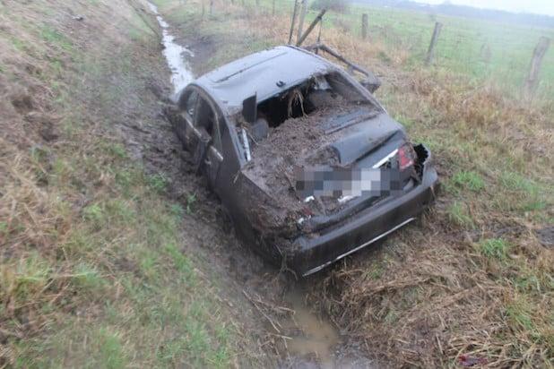 Das Fahrzeug landete schwer beschädigt im Graben (Foto: Kreispolizeibehörde Soest).
