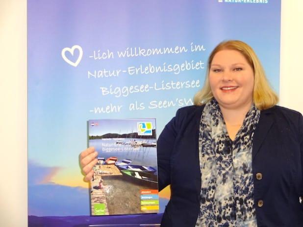 Anne Reucker mit der neuen Image-Broschüre (Foto: Tourismusverband Biggesee-Listersee).